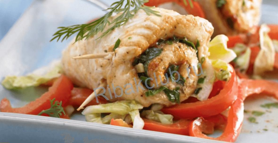 Рыбные рулетики из филе трески, под соусом и зеленью